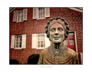 mo-0051_jennie-wade-statue-and-house